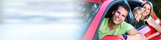 Семья в красном автомобиле Стоковые Изображения