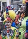 Семья в красочном костюме клоуна во время ежегодной масленицы в Греции Стоковые Изображения RF
