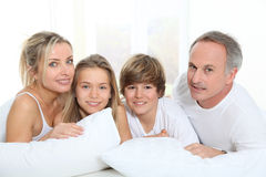 Семья в кровати стоковое фото rf