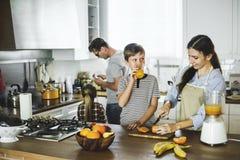 Семья в кухне совместно стоковые изображения rf