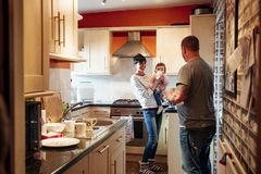 Семья в кухне с младенцем стоковое изображение