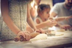 Семья в кухне стоковое фото rf