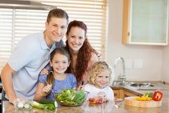 Семья в кухне Стоковые Изображения