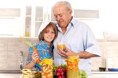 Семья в кухне Стоковая Фотография RF