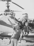 Семья в музее авиации Мать, отец и excited ребенок сидят на самолетах подгоняют в музее авиации семья счастливая Стоковое Изображение RF