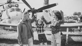 Семья в музее авиации Счастливая семья тратит время совместно, на отклонении, вертолете или самолете на предпосылке, солнечной Стоковые Фото