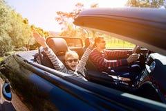 Семья в обратимом автомобиле стоковое изображение rf