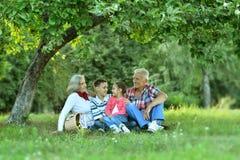 Семья в парке лета с яблоками Стоковые Фото