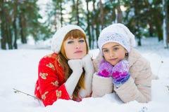 Семья в парке зимы Стоковые Фотографии RF