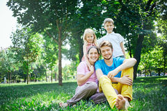 Семья в полдень в парке на траве Стоковые Фото