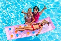 Семья в плавательном бассеине Стоковая Фотография