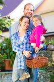 Семья в саде Стоковое Фото