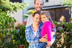 Семья в саде Стоковая Фотография RF