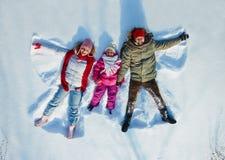 Семья в снежке стоковые изображения