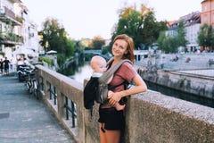 Семья в старом городском центре Любляны, Словении Стоковые Изображения