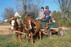 Семья в фуре нарисованной лошадью Стоковая Фотография RF