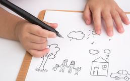 Семья влюбленности сочинительства ребенка времени Preschool на бумаге Стоковые Фото