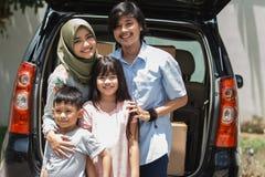 Семья готовая для того чтобы двинуть к новому дому стоковые изображения