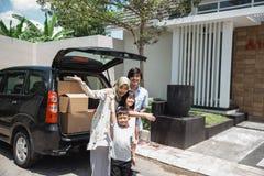 Семья готовая для того чтобы двинуть к новому дому стоковые изображения rf