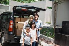 Семья готовая для того чтобы двинуть к новому дому стоковое изображение rf