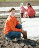 Семья греет почву с полиэтиленом стоковое изображение