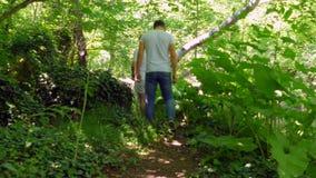 Семья гуляет вдоль следа леса сток-видео