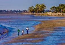 Семья гуляя на пляж Стоковая Фотография