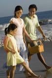 Семья гуляя на пляж Стоковое Фото