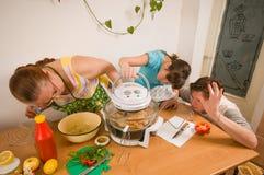семья делает ужин стоковые изображения