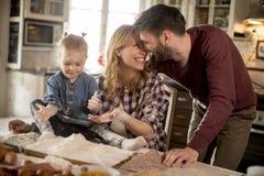 семья делая макаронные изделия в кухне дома Стоковое Изображение RF
