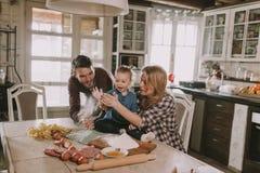 семья делая макаронные изделия в кухне дома Стоковые Фото