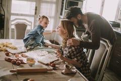 семья делая макаронные изделия в кухне дома Стоковая Фотография