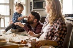 семья делая макаронные изделия в кухне дома Стоковое Изображение