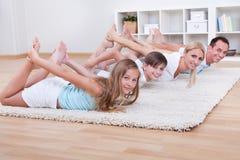 Семья делая протягивающ тренировки Стоковые Фотографии RF