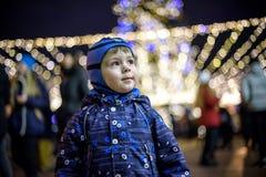 Семья, детство, сезон и концепция людей - счастливая в зиме c Стоковые Изображения RF