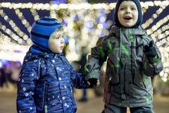 Семья, детство, сезон и концепция людей - счастливая в зиме c Стоковые Фотографии RF