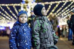 Семья, детство, сезон и концепция людей - счастливая в зиме c Стоковое фото RF