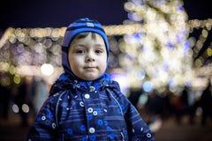 Семья, детство, сезон и концепция людей - счастливая в зиме c Стоковое Изображение
