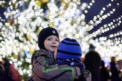 Семья, детство, сезон и концепция людей - счастливая в зиме c Стоковые Фото