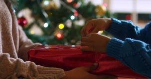 Семья дома в рождественское время видеоматериал