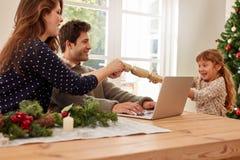 Семья дома празднуя рождество Стоковое фото RF