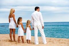 Семья держа руки на пляже. Стоковые Изображения
