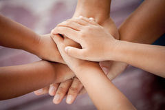 Семья держа руки совместно Стоковая Фотография