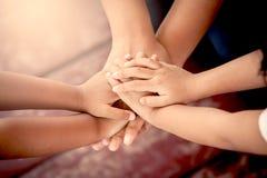 Семья держа руки совместно Стоковые Фотографии RF