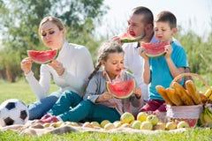 Семья есть арбуз на пикнике Стоковая Фотография