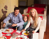 Семья есть в ресторане Стоковое фото RF