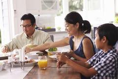 Семья есть еду дома совместно Стоковая Фотография