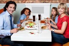 Семья есть совместно в ресторане Стоковая Фотография