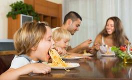 Семья есть спагетти Стоковое фото RF