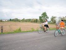 Семья ехать велосипед Стоковые Изображения